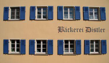 Altdeutscher Schriftzug auf der seitlichen Hausfassade der Steinofenbäckerei Distler