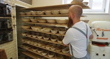 Bäckermeister Matthias Distler an der Brötchenpresse Fortuna