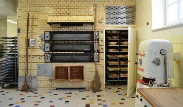 Altehrwürdige Backstube mit Steinbackofen und Garraum der Steinofenbäckerei Distler